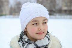 美丽的微笑的小女孩冬天画象有小滴的在她的睫毛 库存照片