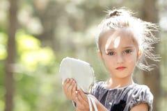 美丽的微笑的小女孩 免版税库存图片