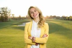 美丽的微笑的少妇,自然背景 免版税图库摄影