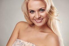 秀丽微笑的白肤金发的妇女 免版税库存图片
