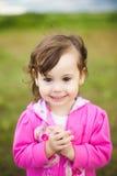 美丽的微笑的无忧无虑的女孩画象  库存照片