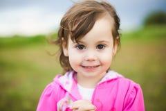 美丽的微笑的无忧无虑的女孩画象  免版税图库摄影