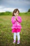 美丽的微笑的无忧无虑的女孩画象  库存图片