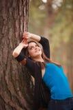 美丽的微笑的深色的女孩在一个公园在夏天 免版税库存图片