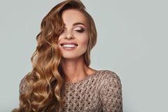 美丽的微笑的白肤金发的妇女画象有长的头发的 库存图片