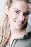 美丽的微笑的白肤金发的妇女 免版税库存图片