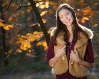 美丽的微笑的秋天女孩 库存照片