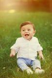 美丽的微笑的逗人喜爱的男婴画象  库存照片