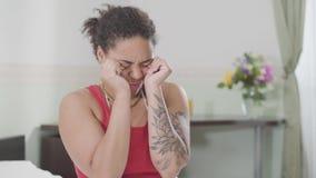美丽的微笑的非裔美国人的妇女醒了,她摩擦她的眼睛和舒展她的身体 放松在的愉快的女孩 股票视频
