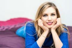 美丽的微笑的年轻有吸引力的妇女画象 免版税图库摄影