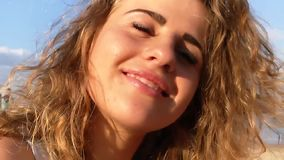 美丽的快乐女孩画象微笑的海的太阳 股票视频