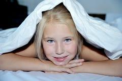 美丽的快乐的女孩从a下面看  免版税库存照片