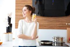 美丽的快乐的妇女饮用的汁液画象  图库摄影