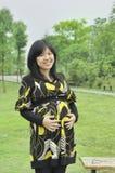 年轻美丽的怀孕的亚裔妇女 免版税库存照片