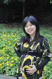 美丽的怀孕的亚裔妇女 免版税库存图片