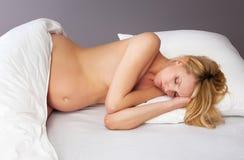 美丽的怀孕的休眠的妇女 库存照片