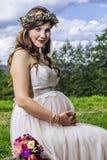 美丽的怀孕的新娘 图库摄影