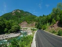 美丽的怀特河全景白种人山的在阿迪格共和国,俄罗斯23地区克拉斯诺达尔 免版税图库摄影