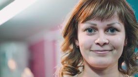 美丽的性感的俄国女孩在椅子转动 股票视频