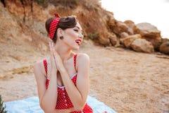 美丽的性感的女孩别针在一明亮比基尼泳装休息 库存照片