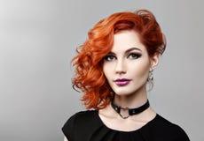 美丽的性感的女孩画象有卷曲红色头发的 免版税库存图片