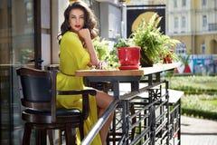 美丽的性感的妇女丝绸礼服构成咖啡馆夏天 免版税库存图片