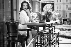美丽的性感的妇女丝绸礼服构成咖啡馆夏天 库存照片