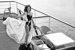 美丽的性感的妇女丝绸礼服深色的海水餐馆 库存图片