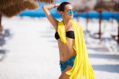 美丽的性感的妇女在一个热带海滩放松 免版税图库摄影