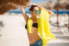 美丽的性感的妇女在一个热带海滩放松 图库摄影