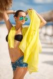 美丽的性感的妇女在一个热带海滩放松 免版税库存照片
