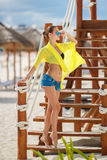 美丽的性感的妇女在一个热带海滩放松 免版税库存图片