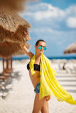 美丽的性感的妇女在一个热带海滩放松 库存照片
