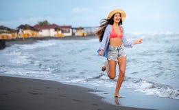 美丽的性感的妇女在海滩一会儿暑假 免版税图库摄影