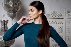 美丽的性感的妇女深色的头发东部样式阿拉伯语摩洛哥 免版税库存图片