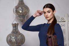 美丽的性感的妇女深色的头发东部样式阿拉伯语摩洛哥 免版税图库摄影