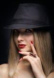 美丽的性感的妇女的画象有红色嘴唇的在现代bla 免版税库存照片