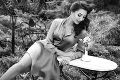 美丽的性感的妇女礼服给深色的构成自然休息穿衣 库存照片