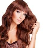 美丽的性感的妇女画象有长的红色头发的 图库摄影
