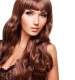 美丽的性感的妇女画象有长的红色头发的 免版税库存照片