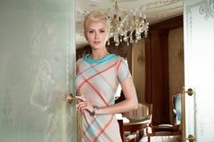 美丽的性感的妇女luxary礼服首饰构成内部 库存图片
