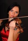 美丽的性感的小提琴妇女年轻人 免版税库存照片