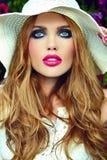 美丽的性感的时髦的白肤金发的式样近的明亮的花 库存图片