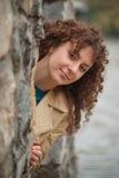 美丽的性感的深色的女孩在石墙附近摆在 库存照片