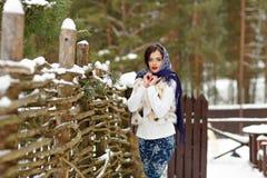 美丽的性感的深色的女孩画象一条蓝色围巾的在 图库摄影