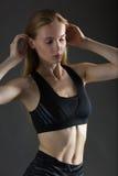 美丽的性感的白肤金发的参与瑜伽、锻炼或者健身妇女完善的运动微小的形象,带领健康生活方式,吃, 免版税库存图片