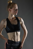 美丽的性感的白肤金发的参与瑜伽、锻炼或者健身妇女完善的运动微小的形象,带领健康生活方式,吃, 图库摄影