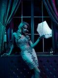 美丽的性感的白肤金发的妇女在夜总会,迷人的党 库存图片