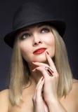 美丽的性感的白肤金发的妇女的画象有红色嘴唇的在mod 库存照片