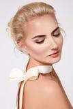 美丽的性感的白肤金发的妇女自然构成裸体形状 免版税库存图片